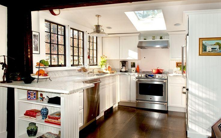 Симпатичная кухня в стиле кантри с  мансардным окном. .