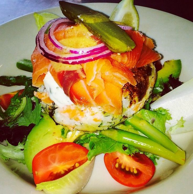 Healthy @CafePerons #DoubleBay salmon fish cakes + smoked salmon