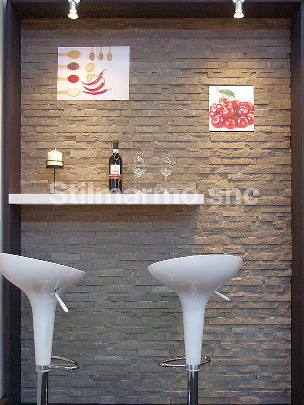 Un rivestimento in Spaccatello di marmo h. cm. 2-3-4 è ideale per l'interno di bar, per rendere l'ambiente accogliente e caldo. Parete in marmo Fossena - Made in Italy
