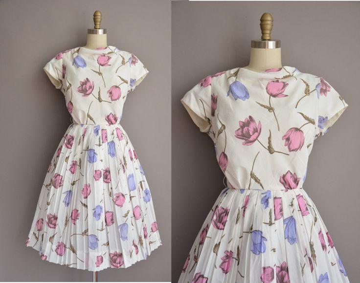 Vintage jaren 1950 witte jurk met een prachtig paars en roze tulp print, vleiende gesmoord taille past, volledige rok, terug metalen rits