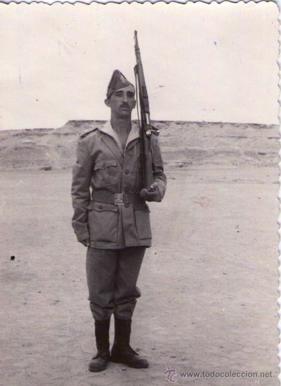 Militaria: LEGION ESPAÑOLA.TERCIO. FOTOGRAFIA DE LEGIONARIO EN EL SAHARA, AÑOS 50 APROX, CON MAUSER Y CHAPIRI. - Foto 1 - 33685138