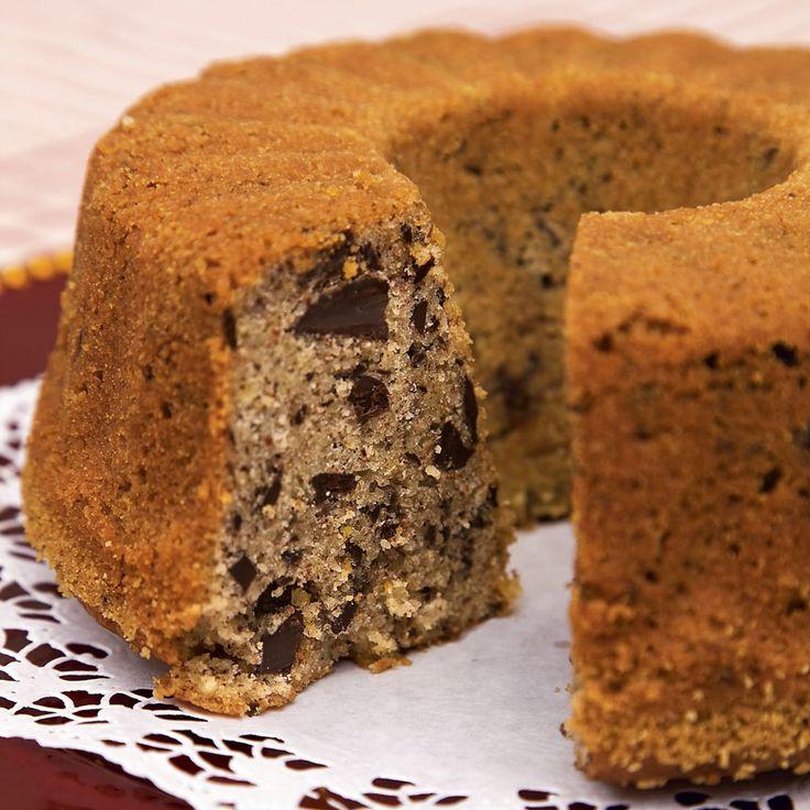 Baka en underbart god kaka med mandel och mörk blockchoklad.