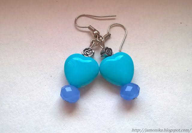 Niebieskie proste kolczyki wykonane z uroczych serduszek plastikowych, do tego metalowe przekładki w kształcie róży.