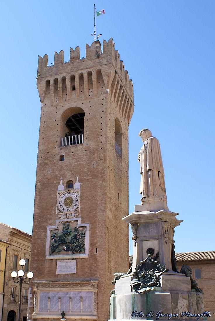 """La """"Torre del Borgo"""", in Piazza Giacomo Leopardi a Recanati. Foto di Giorgio Manzotti."""