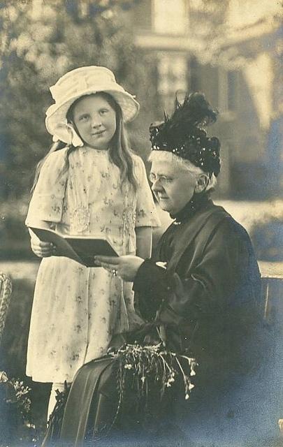 Prinzessin Juliana der Niederlande mit ihrer Großmutter Königin Emma, young Princess Juliana with Queen - Mother Emma | Flickr - Photo Sharing!