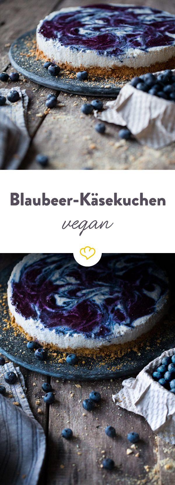 Käsekuchen und vegan - wie das zusammen passt? Ganz einfach: Die Käsemasse besteht aus Kokosmilch und Cashewkernen. Und wird mit Blaubeeren verfeinert.