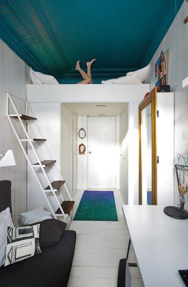 ロフト付きのワンルーム。シンプルなのに、天井とラグの差し色がおしゃれ。