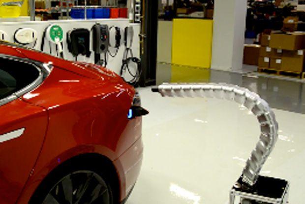 テスラモーターズは、電気自動車の充電をずっとラクに、そして、ずっと不気味にするであろう触手型ロボットのプロトタイプを公開した。