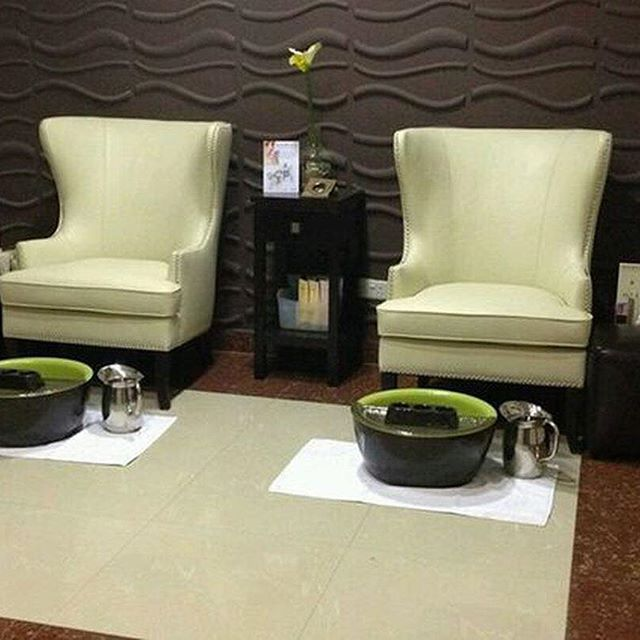 The fresh Fiji Pedicure Bowls offer a mix of light and dark with their espresso brown exterior and lime green interior.  #pedicurebowls #pedicures #pedicurethrones #spa #salon #nails #relaxation #nailart #manipedi #pedicure #fiji