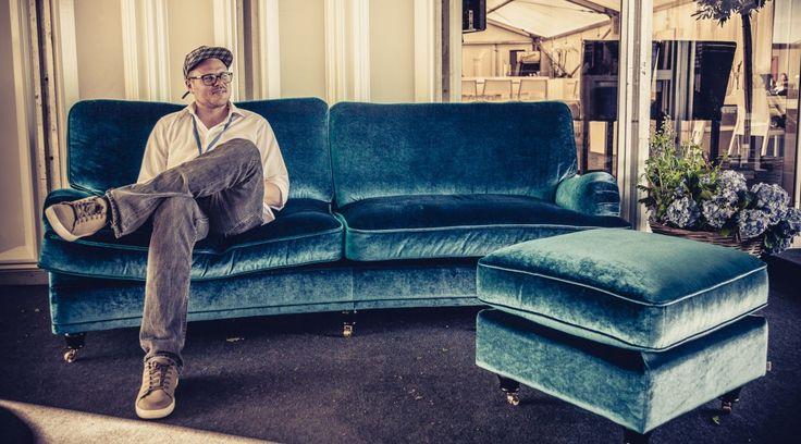 Blå sammetssoffa Lejonet. Howard, sammet, sammetstyg, sammetsmöbler, mässing, svängd 3sits, tresits, fotpall, pall, sittpuff, puff, vintagematta, matta, vardagsrum, soffa. http://sweef.se/sweef-lyx/144-lejonet-howardsoffa-3-sits-sammet.html