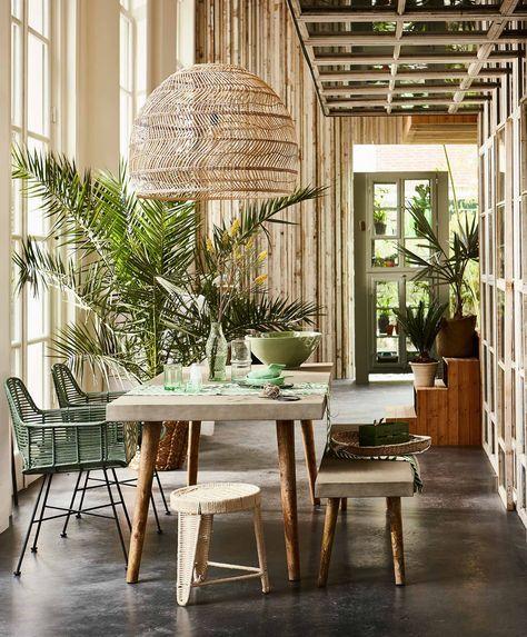 Un intérieur qui mise sur les matériaux naturels, mélange de rotin, bois brut et béton ciré