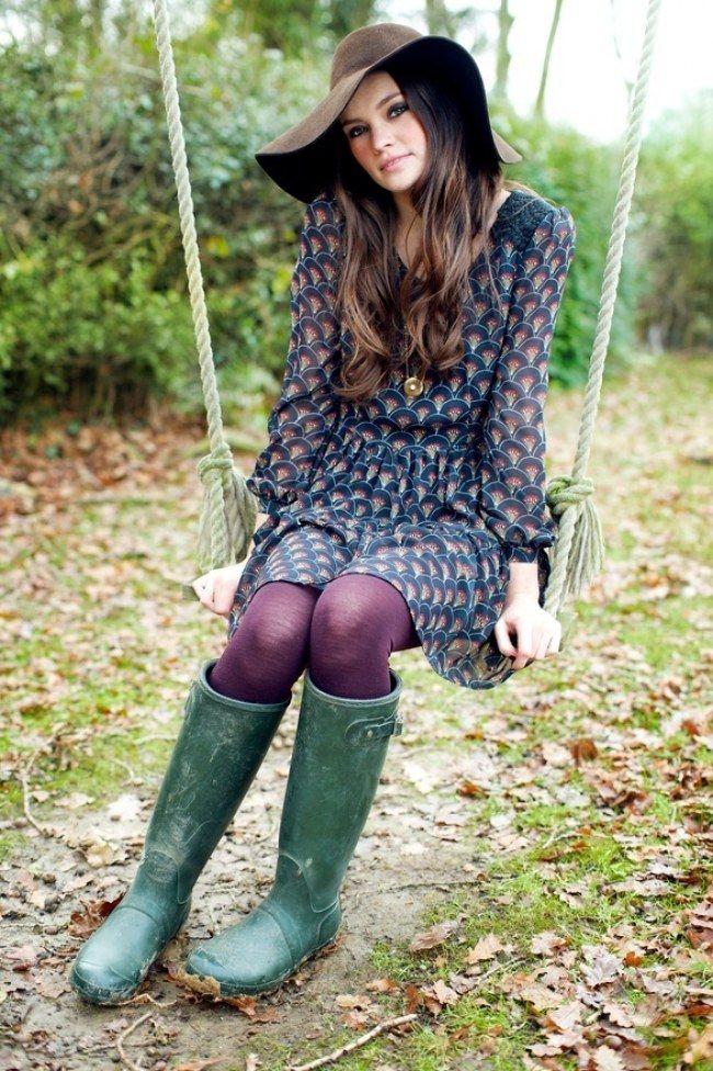 meia calça roxa, galocha verde, vestido com estampas em azul e roxo (claro/leve)