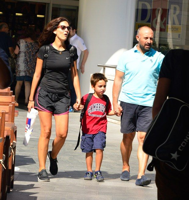 Bergüzar Korel ve Halit Ergenç, önceki gün oğulları Ali ile Kanyon'daydı. SushiCo'da yemek yiyen çift, daha sonra Ali için D&R'dan alışveriş yaptı. 26 Ağustos 2014 http://www.hurriyet.com.tr/kelebek/paparazzi/27071620.asp