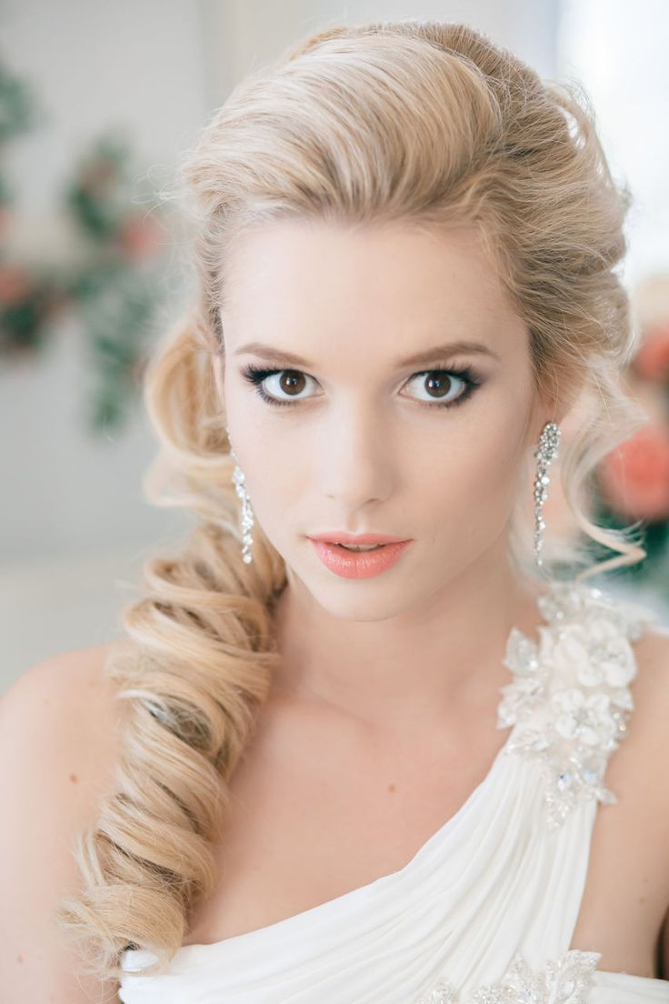 Wedding Hairstyle with long loose side curls & neutral make-up