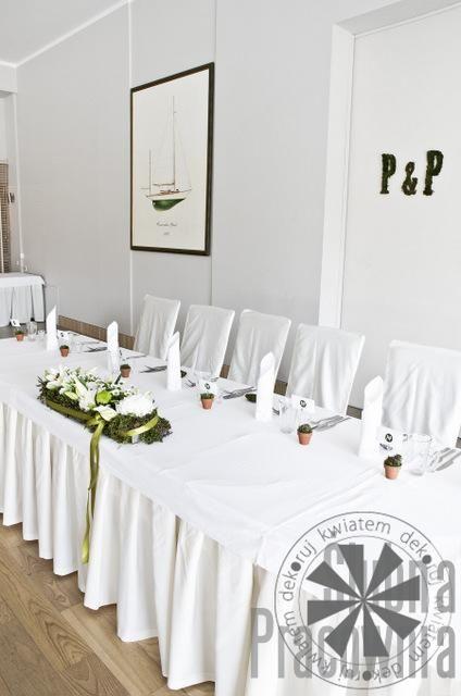 dekoracje za stołem młodej pary