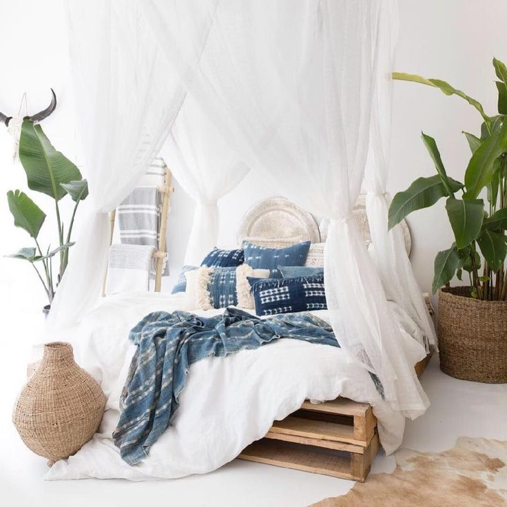14 Fabulous Rustic Chic Bedroom Design and Decor Ideas to Make Your Space Special - The Trending House Dream Bedroom, Home Bedroom, Bedroom Decor, Modern Bedroom, Bedroom Ideas, Bedroom Inspiration, Bedroom Plants, Bed Ideas, Tropical Bedrooms