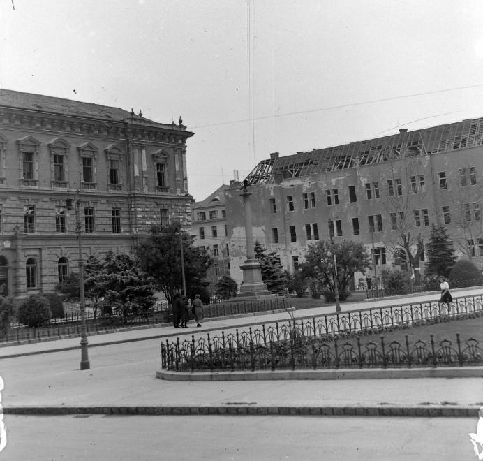 Aradi Vértanúk tere, háttérben a szőregi csata emlékműve.