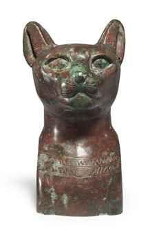 Египетский бронзовый полый литой бюст кошки  позднего периода династии XXVI-XXX, 664-343 до н.э.  Кошка  с глубоко посаженными,  удлиненными глазами, мелко вырезаные  усы над закрытым ртом, высокие стоячие уши, перфорация в левом ухе для  отсутствующей серьги, с  двухцепочечный воротник ниже шеи  6 в.  - 15,3 см. высотой Происхождение Частная коллекция, Израиль, 1980  Цена Реализации   $ 64,900  Оценка 15000 $ - 20000 $ ПРОДАЖА 2 490 - ДРЕВНОСТИ 7 Декабря 2011