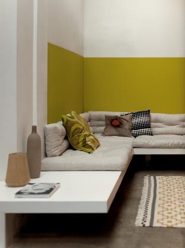 Een oker geel versterkt het nomadische gevoel van dit interieur.