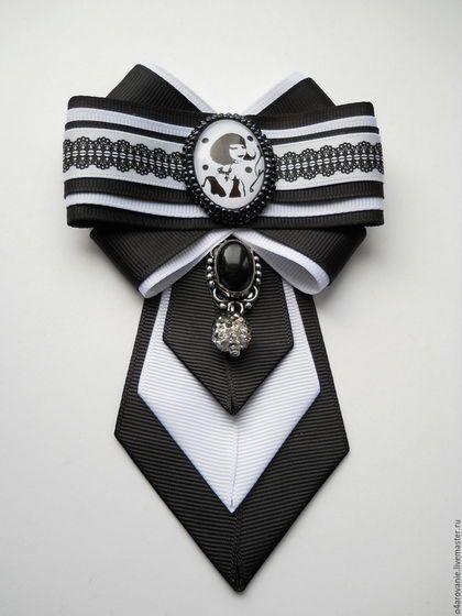 Купить или заказать Брошь-галстук'Парижанка' в интернет-магазине на Ярмарке Мастеров. Шикарная брошь-галстук,выполнена в классических черно-белых тонах.Центральный элемент-стеклянный кабошон с цветным принтом обшитый японским бисером.В низу подвеска агат в серебре и бусина из хрустальных страз.Такая брошь станет украшением любой блузы и рубашки,также может стать приятным подарком.