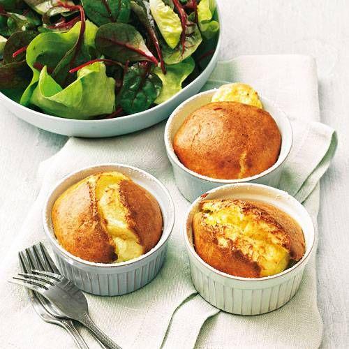 Ein Käse-Soufflé ist schnell gemacht und gar nicht so schwierig, wie viele denken. Mit dem Schweizer Hartkäse Gruyère wird das Aroma herrlich kräftig. Zum Rezept: Gruyère-Soufflé