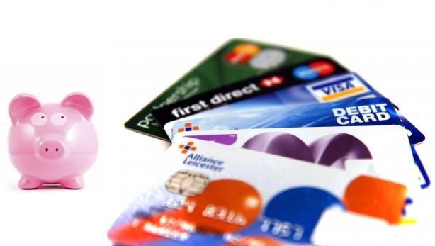 Las tarjetas de crédito suelen tener dos costes principales: el interés que el banco nos cobra por prestarnos el dinero y las comisiones. Y tal y como demuestra un reciente estudio del portal HelpM...