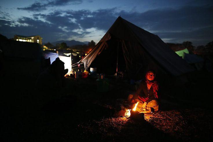 Een overlevende van de aardbevingen in Nepal voor haar tent. Bekijk op www.rd.nl/1.912681 de beste foto's van de week.