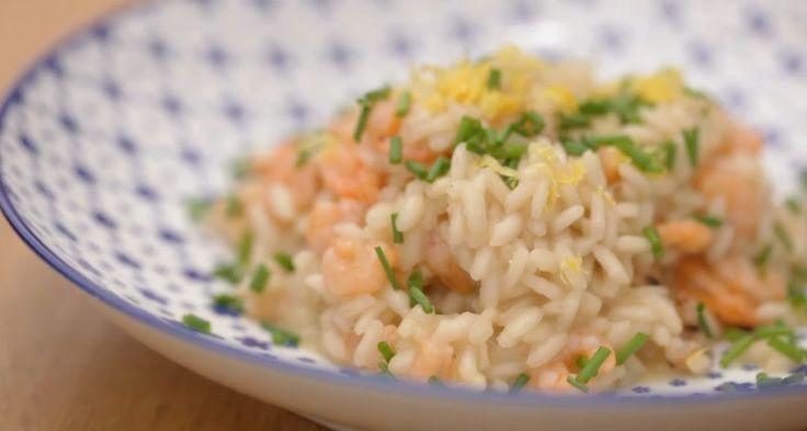 Il risotto limone e gamberetti è un primo perfetto per l'estate, venite a scoprire come realizzarlo seguendo la nostra video ricetta.