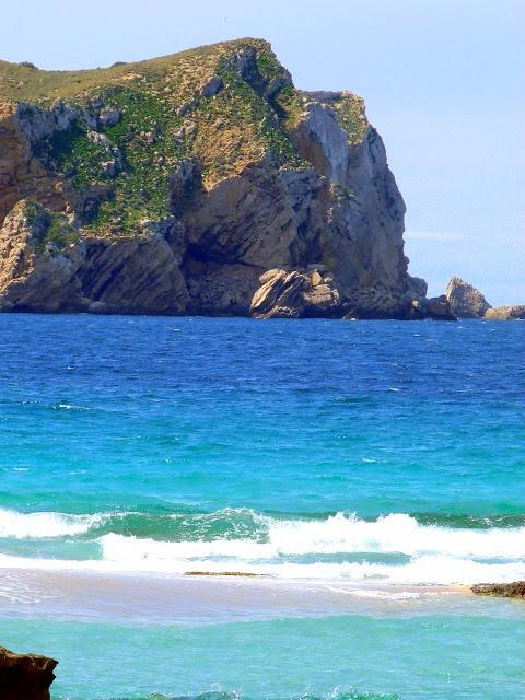 Klifowe brzegi wyspy Ibiza na hiszpańskich Balearach