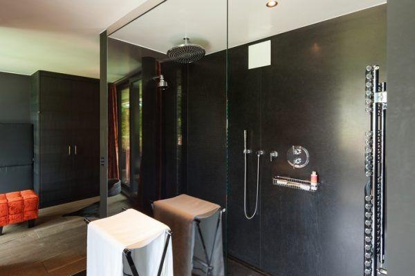 Die ebenerdige Walk-in-Dusche mit Glaswand sorgt für ein freies Feeling im Bad.