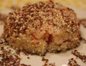 Hot salmon tartare hidden into rice sesame covered - Tartare piccante di salmone nascosta dentro una palla di riso