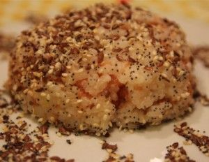 Hot salmon tartare hidden into rice sesame covered - Tartare piccante di salmone nascosta dentro una palla di riso