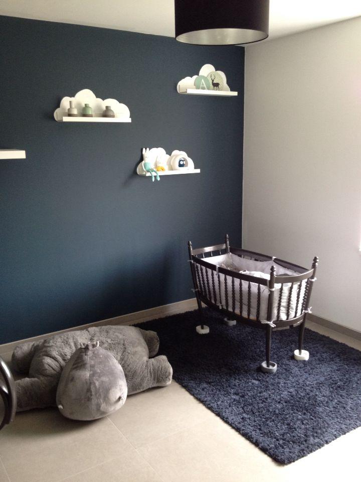 Babykamer Alexander. Petrol blauw, witte wolkjes, grijze familiewieg en hippop knuffel (#quax)