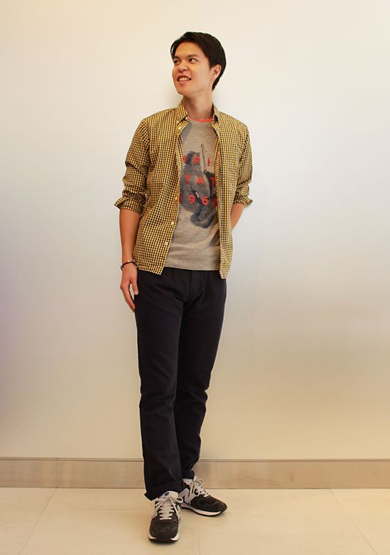 【フラッグシップ銀座スタッフ注目コーデ】 深みのあるイエローのシャツで秋を先取り。グラフィックTシャツやギンガムチェックのシャツでアメカジを意識しつつ、細身のパンツでスッキリとまとめて。 Tシャツ (Color:レッド/¥3,900/ID:982034/着用サイズ:S) Tシャツ (Color:グレー/¥3,900/ID:982032/着用サイズ:S) シャツ (Color:イエローxネイビー/¥6,900/ID:963088/着用サイズ:S) ボトムス  (Color:ネイビー/¥7,900/ID:981947/着用サイズ:30x32) ベルト (Color:ブラック/¥5,900/ID:942399/着用サイズ:30) その他:参考商品 スタッフ身長:187cm  ■オンラインストアはこちら http://www.gap.co.jp/browse/division.do?cid=5063 ■フラッグシップ銀座 http://loco.yahoo.co.jp/place/g-BfhjYGGE7Eo/
