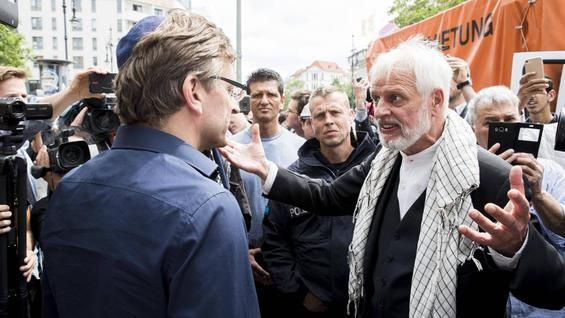 Jurgen Grassmann Rechts Will Den Staat Israel Abschaffen Ansonsten Betreibt Er In Charlottenburg Einen Ikonenhandel Deutsche Manner Ikonen Teilnehmer