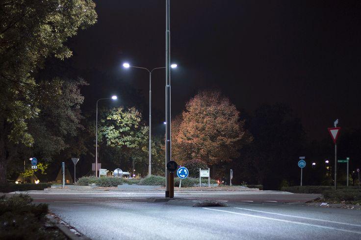Sinds september is de verlichting in #Zevenaar langs de Methen, de ringbanen en de Doesburgseweg vervangen door duurzame en energiezuinige LED-verlichting. Rob Roos Foto uit Kampen legde onlangs de verlichting op de gevoelige plaat vast. Deze fotograaf was onder de indruk hoe de herfstkleuren met het bijzondere kunstlicht uitkomen. Het viel hem op dat de straatverlichting aan de Methen net maanlicht is. En dat kan kloppen, want het toegepaste type LED-verlichting is Nicole Moonlight White.