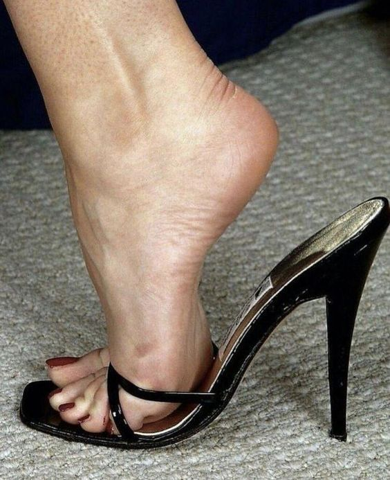 pies de mujer mostrando sandalias de suela   – mules