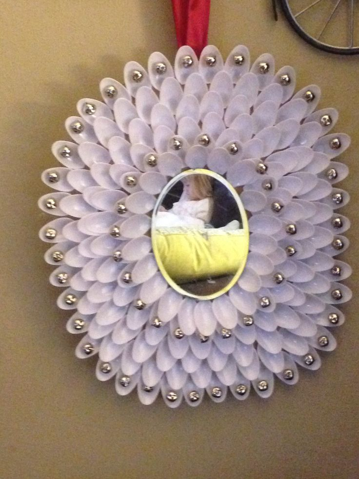 Homemade spoon wreath cardboard for base plastic spoons for Plastic spoon flower mirror