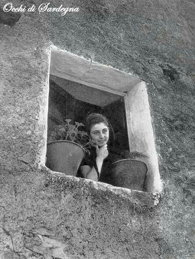 399 best images about sardegna in bianco e nero on pinterest sardinia history and strada - Ragazza alla finestra ...