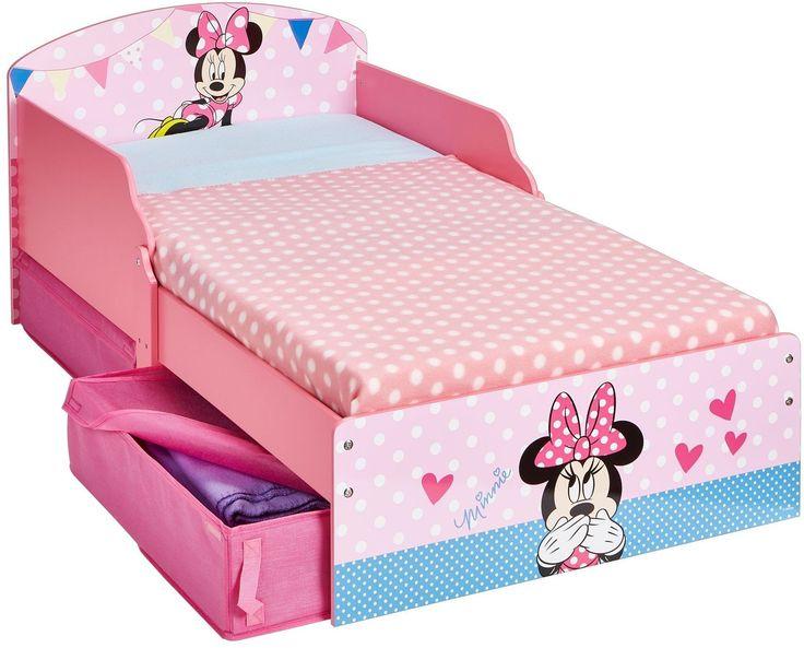 Peuter Bed van Minnie Mouse. In dit peuter bed van Minnie Mouse kan uw kind heerlijk slapen. Het bed beschikt over twee schotten aan beide kanten zodat uw kind altijd veilig kan slapen. Onder het bed bevinden zich twee lades waar het kind verschillende spullen in kan opbergen. Op het bed zijn verschillende afbeeldingen van Mickey Mouse te zien. Het bed is voorzien van de volgende afmetingen: 145x77x59 centimeter en is geschikt voor meisjes vanaf drie jaar oud. - Bed Peuter Minnie Mouse…