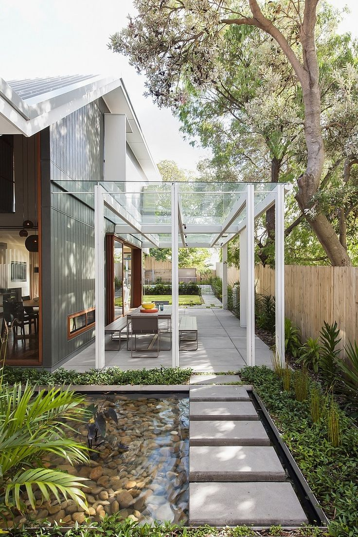 materialien-terrassenueberdachung-weiss-konstruktion-metall-glas-platte-gartengestaltung-haus-baeume-pflanzen