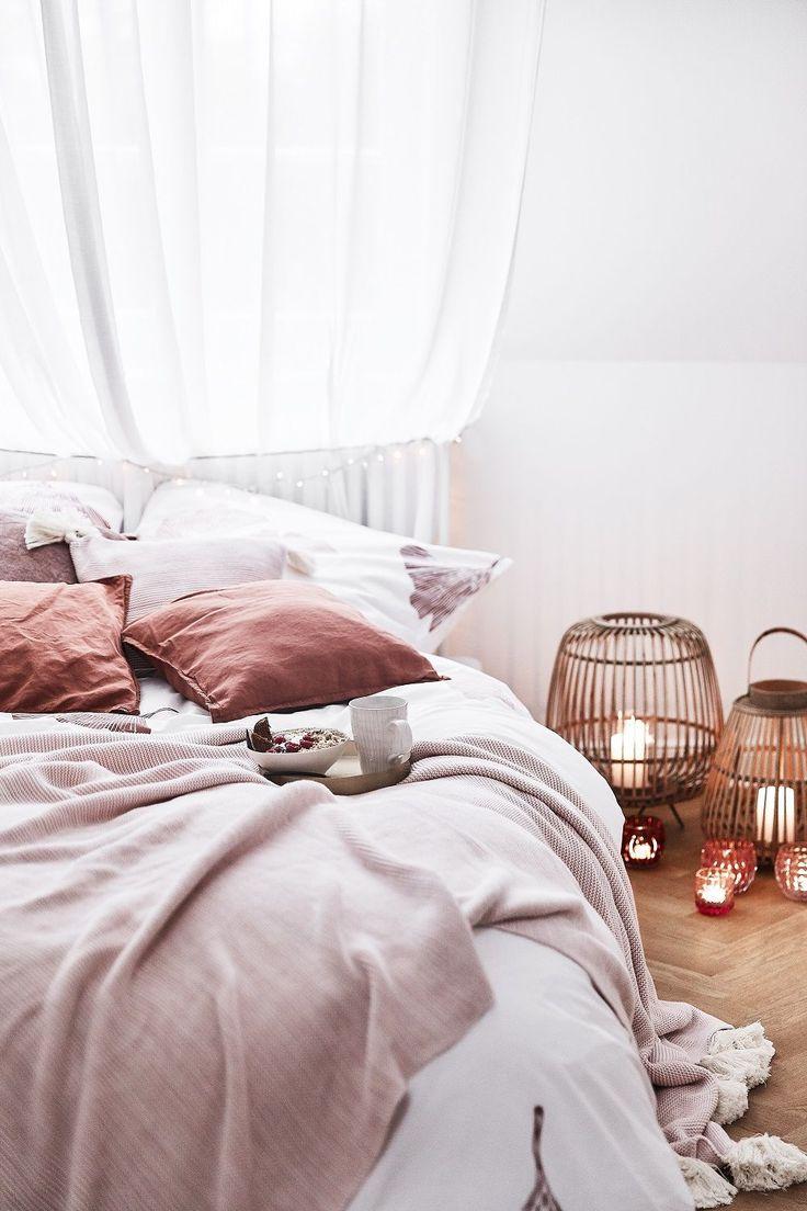Sweet Dreams! In diesem wunderschönen Schlafzimmer stimmt einfach jedes Detail. Eine wunderschöne Bettwäsche, tolle Deko-Accessoires, sowie das kus…