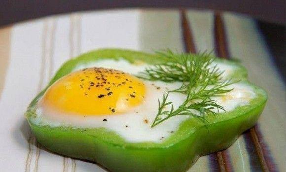 البيض داخل حلقات الفلفل