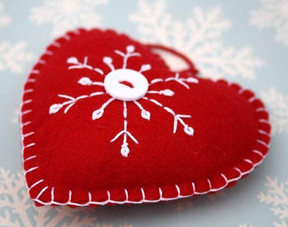 Feltro ornamento di Natale, cuore scandinavo a mano, decorazione fiocco di neve ricamato, ornamento del cuore di feltro rosso, ornamento del cuore fatto a mano.