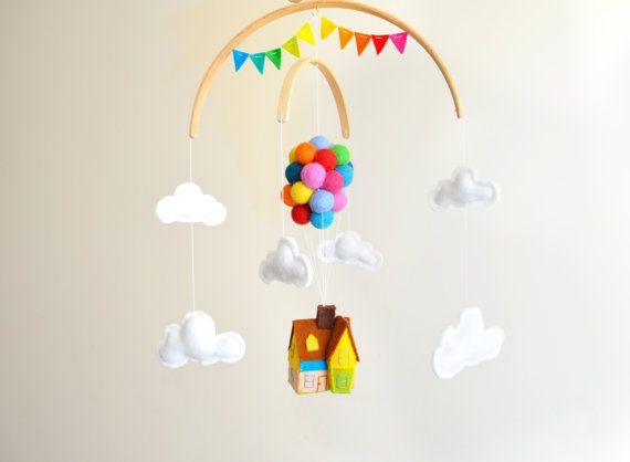 Salut ! et Merci de visiter ma boutique !  ❤ Ce genre neutre adorable bébé mobile captera l'attention de tout le monde et ferait le plus mignon complément à n'importe quelle chambre. ❤  Il dispose d'un volant coloré maison avec des ballons et entouré par les nuages. Les ballons de balle de feutre sont feutrées en feutre de laine de couleurs arc en ciel à l'aiguille. La maison et les nuages sont fait à la main avec 100 % laine, feutre, rempli de bourre de polyester hypo-allergéniques. La base…