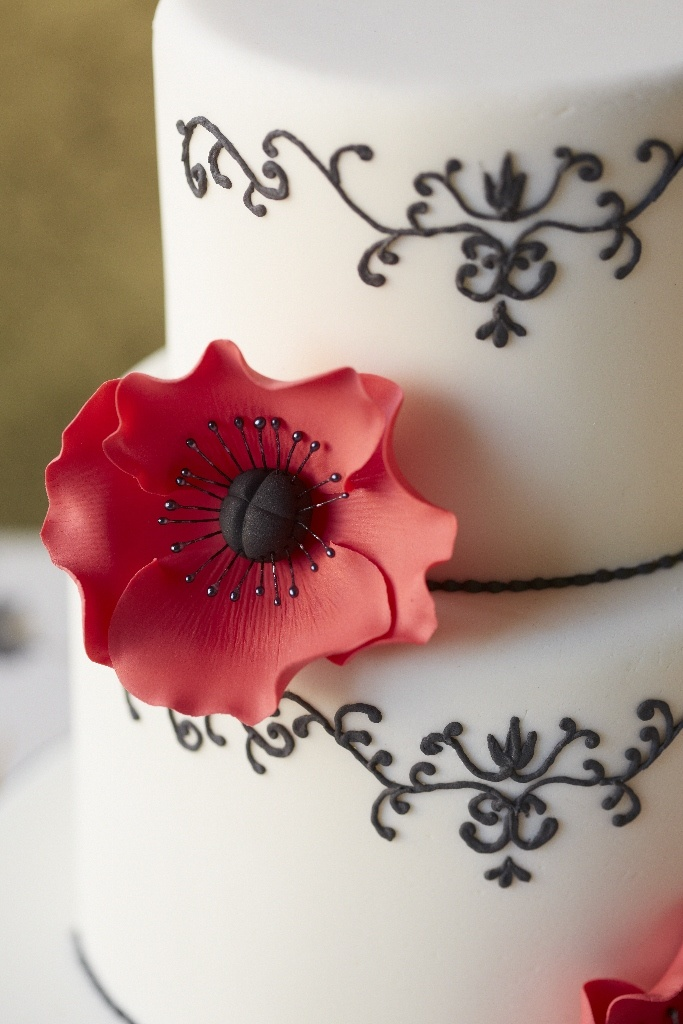 #CakeDecorating Poppy #Cake Make bold and beautiful decorations using your #PoppyPetalCutterSet #Issue50