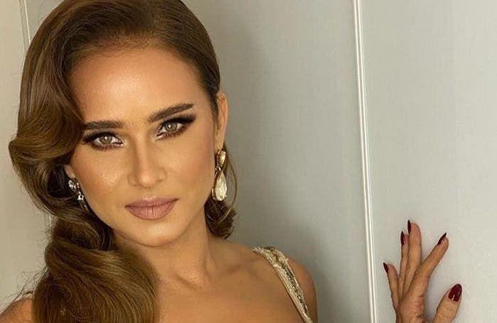 نيللي كريم تتصدر بوستر مسلسل ضد الكسر تمهيد ا لعرضه في رمضان In 2021 Earrings Hoop Earrings Jewelry
