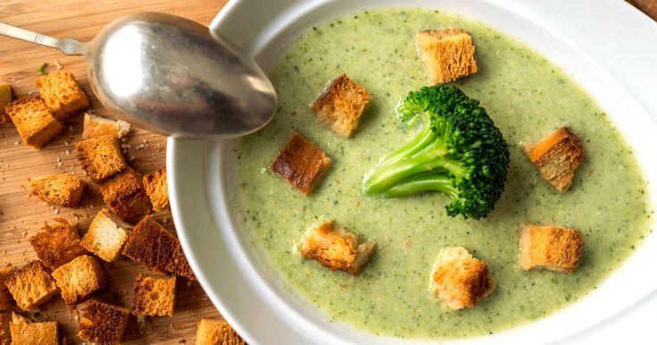 Mennyei Brokkoli krémleves recept! Ez egy egyszerű, és isteni finom leves. A pirított zsemlekockák különlegessé teszik az egyébként is kiváló brokkoli krémleves ízét!