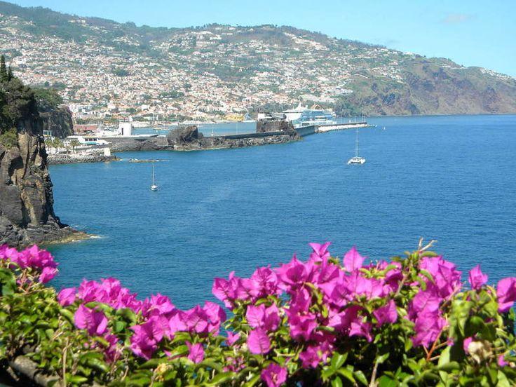 Madeira: Samba lockt zum Karneval in den Garten Eden - via Rhein-Zeitung 11.11.2013 | Die portugiesische Blumeninsel im Atlantik, 500 Kilometer nördlich der Kanaren, entwickelt sich immer mehr zum Geheimtipp für all jene, die zwar dem heimischen Trink-Trubel entfliehen, nicht aber auf farbenprächtige Kostüme, Umzüge und temperamentvolle Musik verzichten möchten. Und das bei äußerst angenehmen frühlingshaften Temperaturen, die selbst bei der großen Parade in den Nachtstunden Samba-Kostüme...