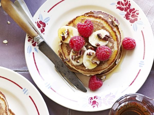 Havermoutpannenkoeken met framboos, banaan en pecannoten. Lekker als ontbijt of dessert.